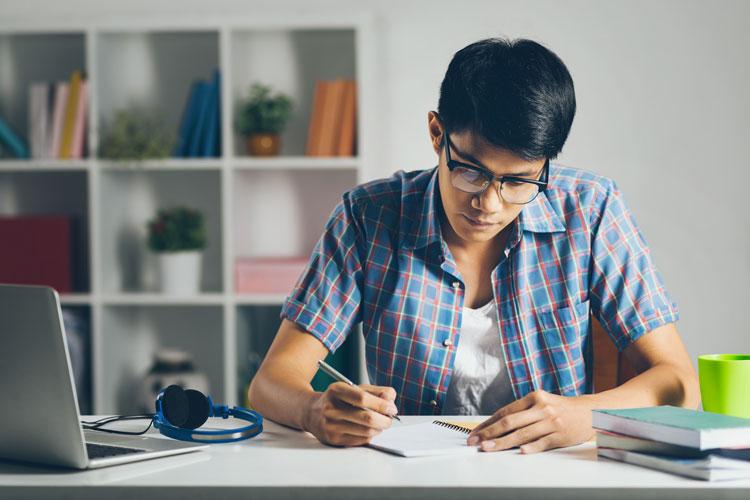 Estudiantes universitarios: Consejos para estudiar en línea y en casa | AAU  | Universidad a Distancia